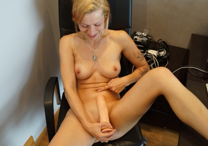 content/071718_solvita_masturbating_in_my_home_office_with_brutal_huge_dildo/0.jpg